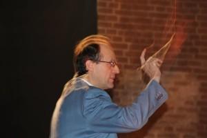 """Il professor Bruni mentre sta dirigendo il coro  della scuola """"A. Campi"""""""